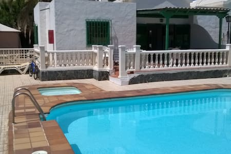 Quiet setting close to downtown and the beach . - San Bartolomé de Tirajana