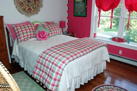 Watermelon Tourmaline Bedroom-Bold Colorful Life - Boothbay - Bed & Breakfast