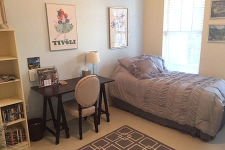 Riverside Bed & Bath - Super Convenient! - Condominium