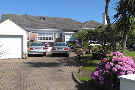 Charming detached bungalow on Howth Peninsula. - Bungalow