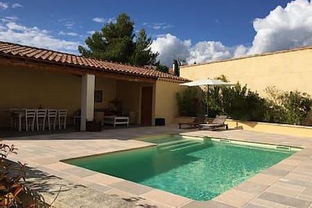 Face au Luberon, maison provencale avec piscine - Maubec - House