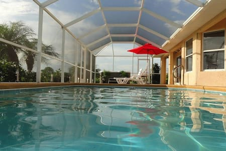 Pool Home on Golf course! - Lehigh Acres - Ház