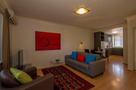 CEN3, 2BD LOCATION AND VALUE, - Wohnung