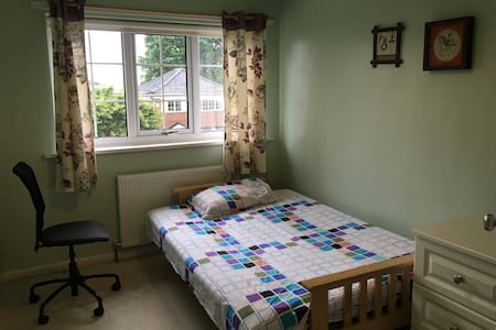 Double room at Leeds detached house - Leeds