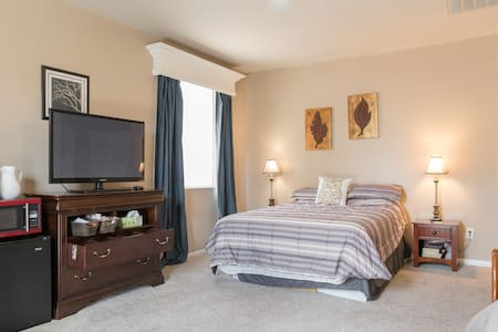 New Private Master Suite 24/7 access - North Las Vegas - Bed & Breakfast