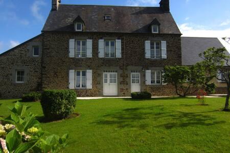 Les Hortensias - gîte de charme - Le Mesnil-Ozenne - House