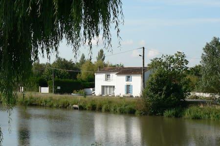 Gîte Marais Poitevin Bord Rivière - Dům