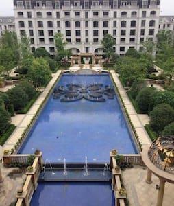 中国杭州西溪湿地绿树成荫清幽宁静,主卧窗前是视野开阔的美丽的水景花园。 - Apartment