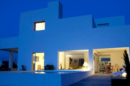 Room type: Entire home/apt Property type: House Accommodates: 7 Bedrooms: 4 Bathrooms: 3