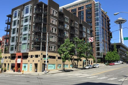 Our 1BR plus sofa bed can host up to 4 adults. 5 minutes walk to Space Needle and 10 minutes walk to Pike Market. Prime location in downtown Seattle.