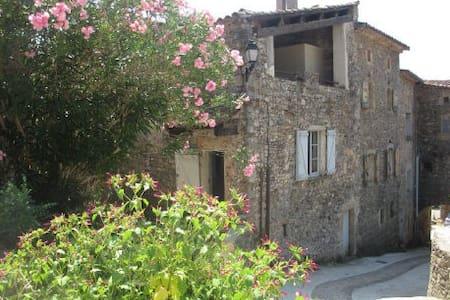 Maison en pierres proche rivière. - Mialet