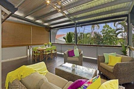 Renovated Queenslander, large relaxing deck - Hus