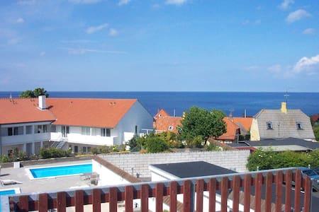 Skøn bolig med kig ud over Gudhjems tage og havet. - Appartement