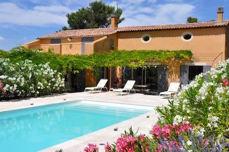 Pays d'Aix-en-Provence Appt avec jardin et piscine - Huis
