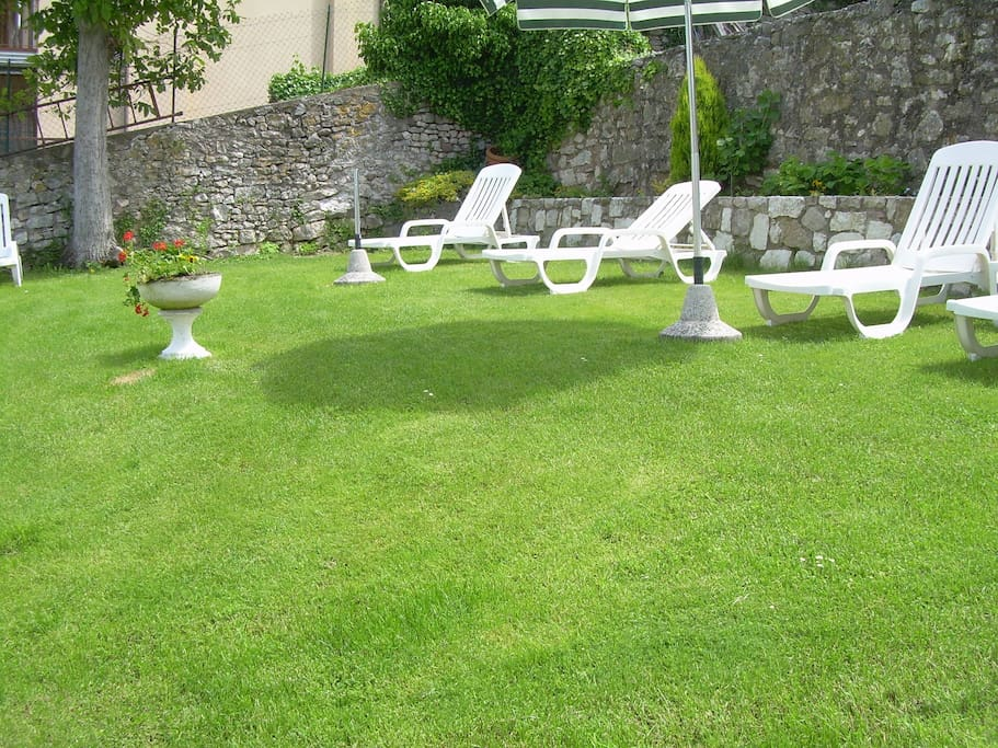 giardino con sdrai ed ombrelloni