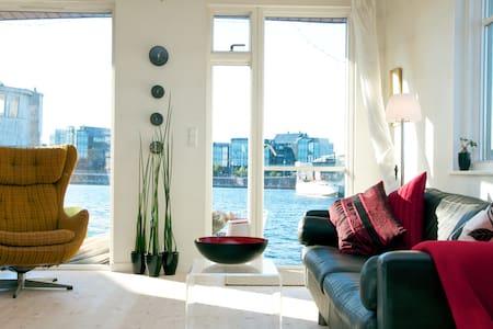 Enjoy CPH -  living on a Houseboat - København S