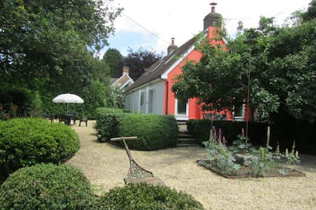 Rural idyll bordering New Forest - House