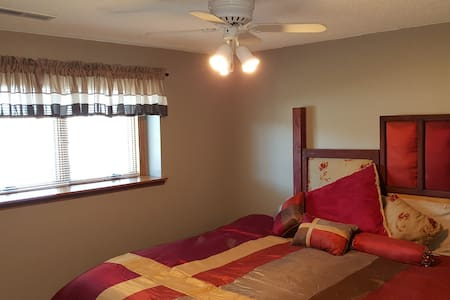 Roomy, Quiet Lower Level  w/ 2 beds - Hus