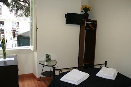 Small Double Room 1,Palazzo Santori - Tivoli - Bed & Breakfast