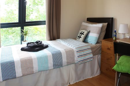 Don't pay for a double room when you travel solo! We share our lovely home where you will have a single bedroom with excellent public transport links! Our home is approx. 10 Min from the Ocean and 20 Min from the City Centre.