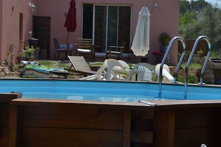 Charmante maison avec piscine - Hus