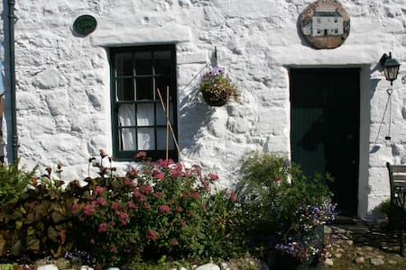A cosy little cottage ideally suited to accommodate two couples situated in a picture postcard village where history and nature are right outside your door.
