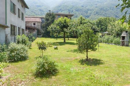 Villa con giardino vista Legnone - House