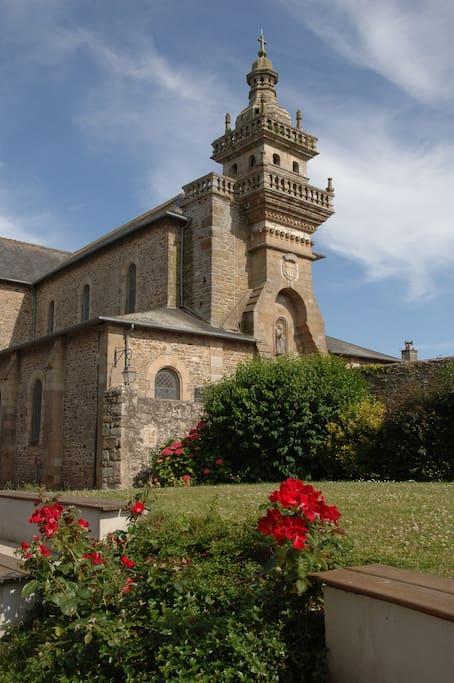vue sur le magnifique clocher de l'église du jardin du presbytére