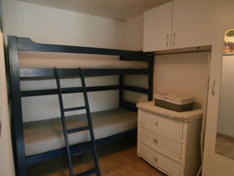 chambre cabine rez de chaussée lits superposés en 90 penderie placard commode