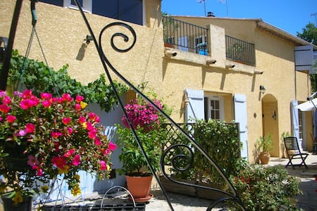 A spacious and sunny first floor appartment in a converted winery looking onto a pretty garden and the famous Collégiale in Capestang. Just a few steps to the Canal du Midi and into the centre of this popular village where you 'll find 6 restaurants.