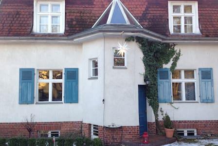 Schönes Zimmer im Süden Berlins - House