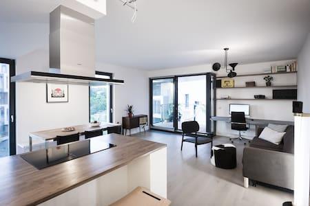 *New* Luxury Apartment With River View Balcony - Praha