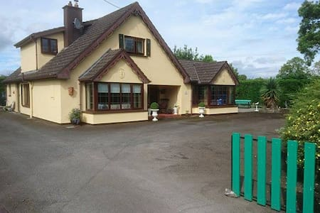 Country house . 2 km from Rock of Cashel - Hus