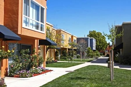 ★Townhouse Room  10min walk to bart - Concord