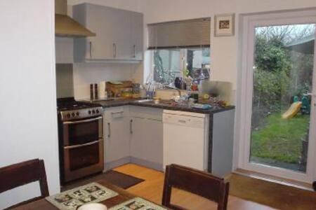 Chambre dans maison victorienne - Feltham - Bed & Breakfast