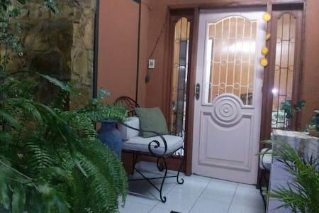 Apartamento en casa de Familia - Társasház