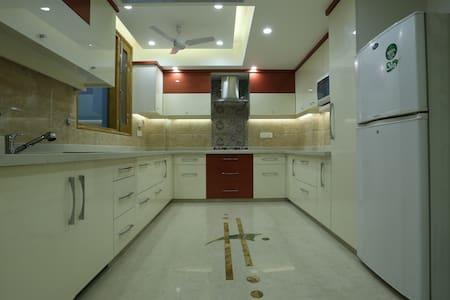 Raj Kapoor's Luxury Apt: Blue Room - New Delhi - Byt
