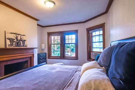 Harvard Square King Bed with Fireplace - Appartement