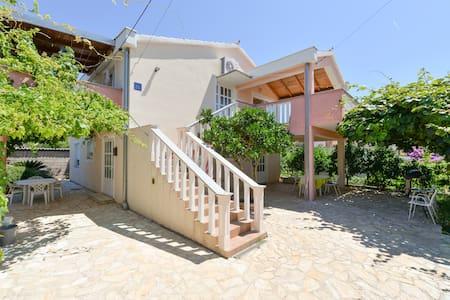 Most charming apartments on Iž(1) - Huoneisto