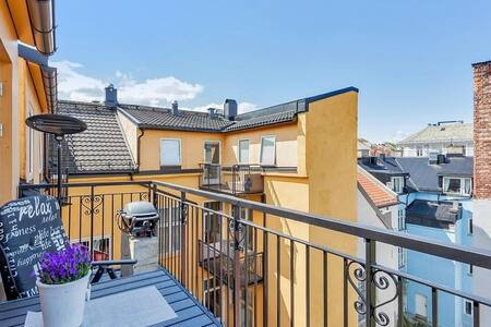 Just a few minutes walk away from many of the main attractions in Oslo. Lovely terrace with evening sun. A urban, stylish and comfortable room in the hart of Oslo.