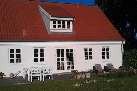 Villa nær skov, strand og by - Svendborg - Hus
