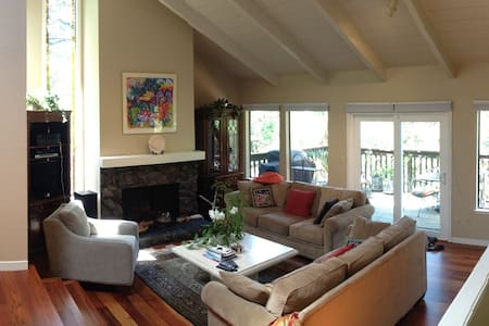 Lovely 4-BR Treetop Home in Fairfax