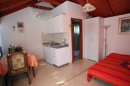 Studio Ivan Supetar - Apartment