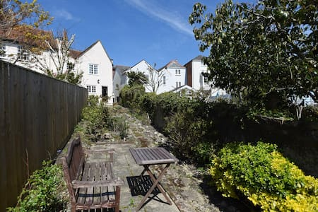 Charming three bed cottage in Cowes with parking - Cowes - Talo