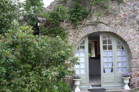 Jolie maison en pierre au calme - House