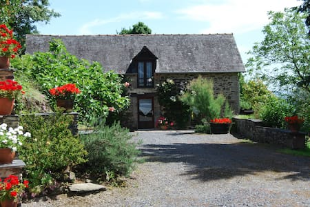Stone cottage in rural Correze - Saint-Solve - House