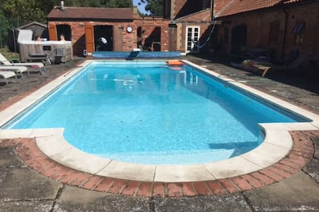 Farm Cottage Bed and Breakfast with heated pool - Broxholme