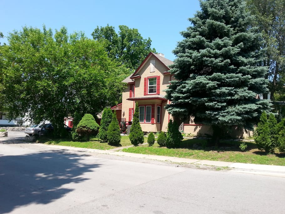 Quiet neighbourhood minutes away from grocery stores, shops and many restaurants