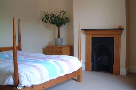 Large, Bright Double Room DE22 - House