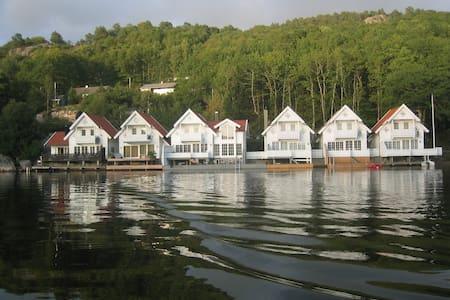 Praktfull hytte rett ved sjøen - Hus